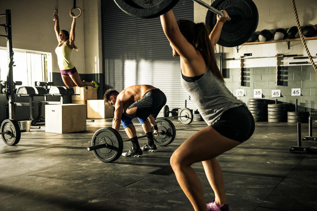 Спортивное питание кроссфитера во время тренировки